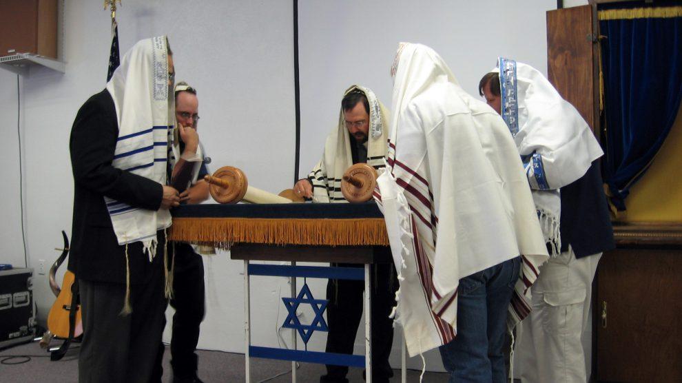 Žydai skaito iš Toros ritinio