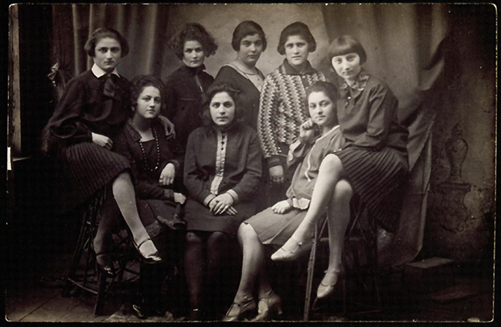 """""""21 - os klubo"""" merginos, susibūrusios iš pasiturinčiųjų žydų sluoksnio (balebatim), vienijamos jaunystės ir tikslo linksmai leisti laiką. Apie 1926 - 1929"""