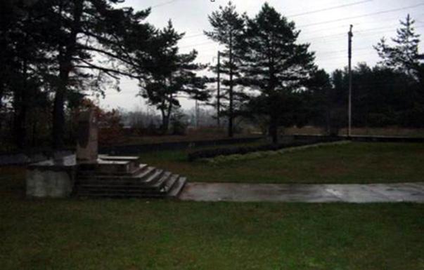 Masinė žydų naikinimo vieta šiuo metu gražiai sutvarkyta, aptverta tvorele ir pastatytas atminimo paminklas