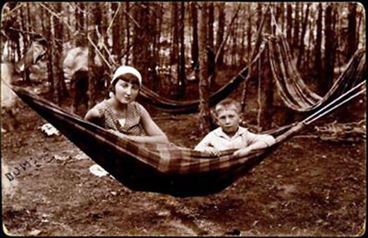 Brolis ir sesuo, žydai, atostogaujantys Dumblės kaimo vasaros poilsiavitėje. Prieš 1941 m.