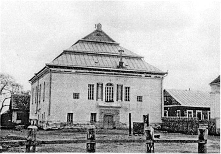 Eišiškių sinagoga 1940 m. Fasadą puošia liūtų laikomos dekalogo plokštės. Erdvaus sinagogos kiemo dešinėje matosi senojo beit midrašo kampas ir medinis Hebrajų mokyklos pastatas.