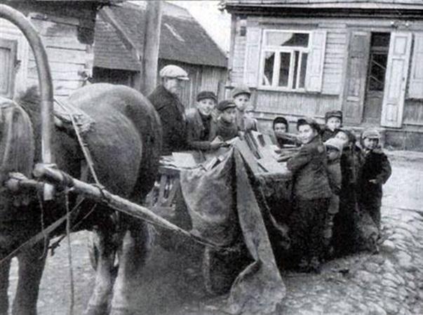 Nuotraukoje - gelbėjamos knygos, kurios vėliau buvo paslėptos gete.