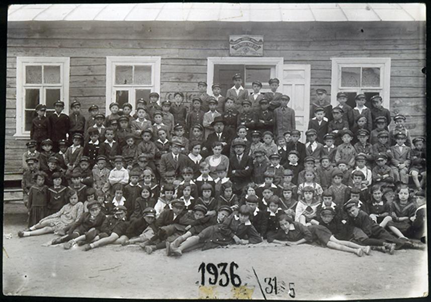 Hebrajų mokyklos mokiniai su mokyklos Tarybos nariais Shaul Schneider, Malka Levittan Gayer, A. Shainberg ir Okun (ketvirtoje eilėje iš dešinės į kairę) ir mokyklos direktoriumi M. Y. Botwinik (penktoje eilėje, centre) priešais mokyklos pastatą. 1931-05-31