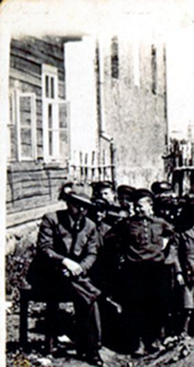 Hebrajų mokyklos mokiniai dirba mokyklos kieme. Antrajame plane matoma sinagogos rytinė siena su aklinu viduriniu tarplangiu, žyminčiu Aron kodešo vietą. 1938 m.
