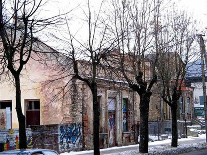 """Apleistas buvusio kino teatro """"Palas"""" pastatas Alytuje Vilniaus g. (dab. Foto)."""