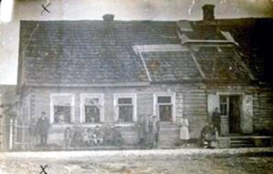 Liubetski šeima prie savo namo. 1931 m. (Dab. Rodūnės g. 15)