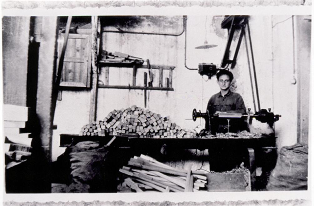 Yehudah Kaleko savo šeimos dirbtuvėse konstruoja medinius vežimų ratus. 1923 m.