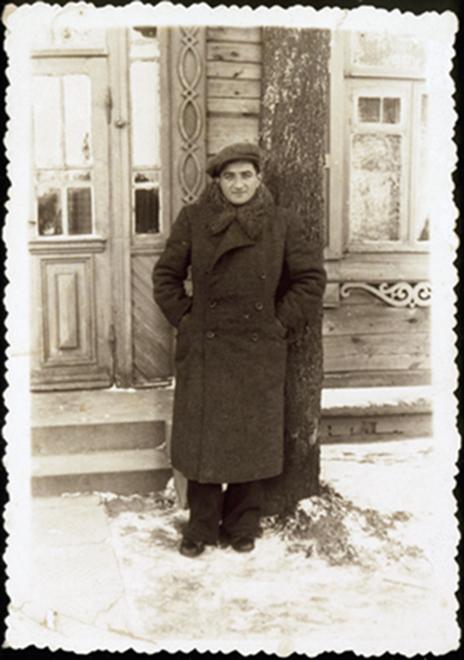 Sionistų judėjimo Eišiškėse lyderio Shabtai Sonenson užnugaryje – medžio raižiniais puoštas namas Eišiškėse. 1941 m.