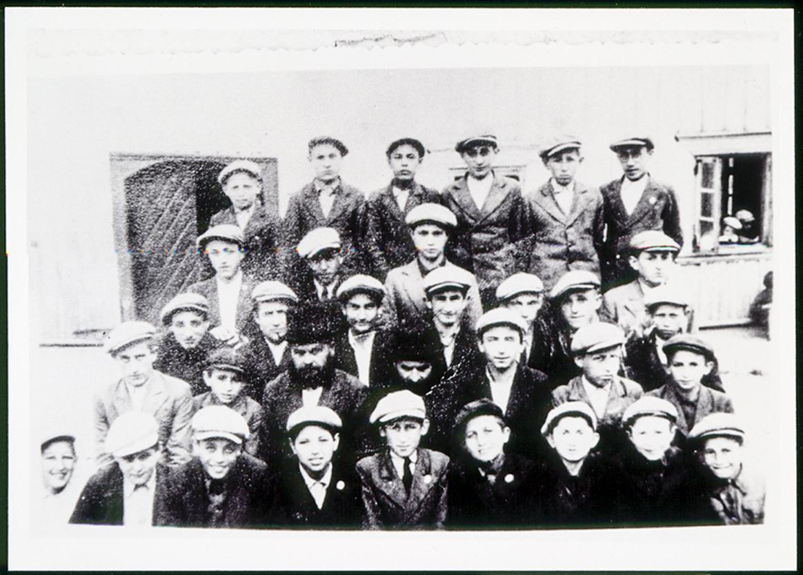 Mažosios ješyvos (Yeshivah ketanah) studentai ir rabinai Mordechai Berr ir Mendel. Apie 1936 – 1937 m.