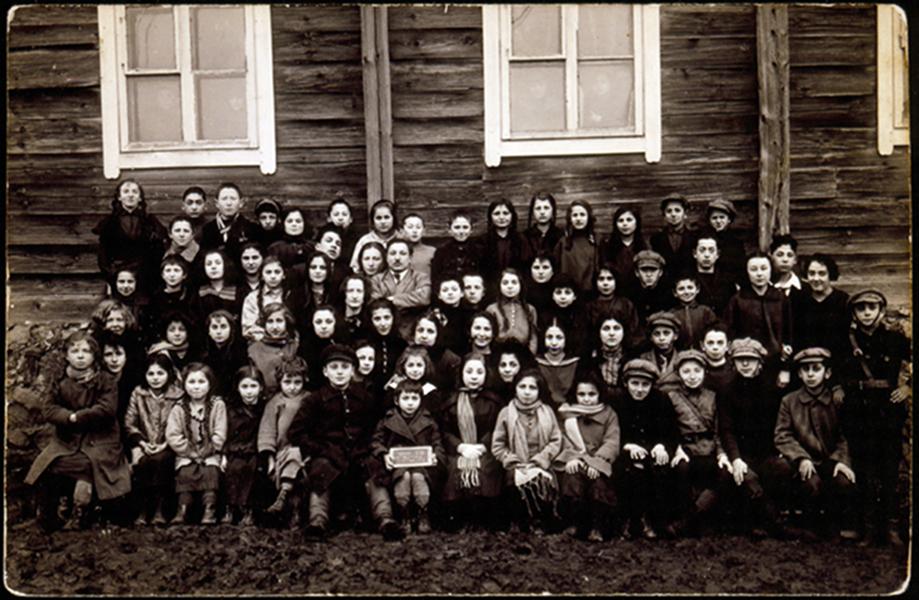 Žydų mokiniai prie vienos tarbut pobūdžio mokyklų Eišiškėse. Apie 1920 - 1929 m.