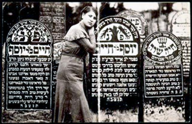 Rivka Shuster stovi prie tėvo Joseph, mirusio 1915 m. kapo. Jos dešinėje - 1940 m. mirusio senelio Hayyim Shuster kapas. 1941 m.