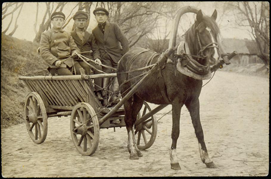 Levin, Eišišikių vežikas su draugais. 1919 m.