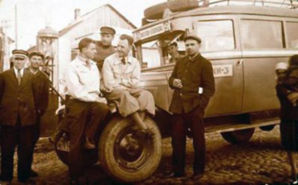 Vyrai prie Lydos autobuso Turgaus aikštėje esančioje stotelėje. Atrame plane - degalinė. 1941m.