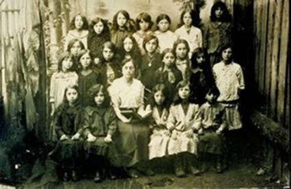 Yaffskaya Shkola mokinės. Centre - mokyklos įkūrėja p. Yaffe.