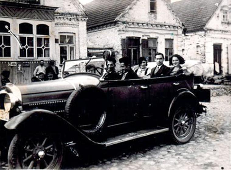 Žydai su svečiais važinėja po Eišiškes. Antrame plane - Kaganowicz ir Blacharowicz šeimų namai. 1930 - 1935 m.
