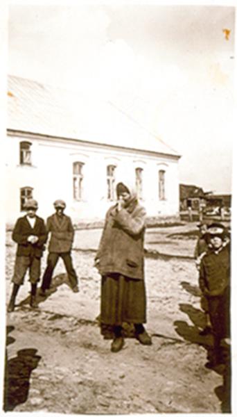Liebke Kaminetski, protiškai neįgali žydė, stovi prieš naująjį beit - midrašą. 1941 m.