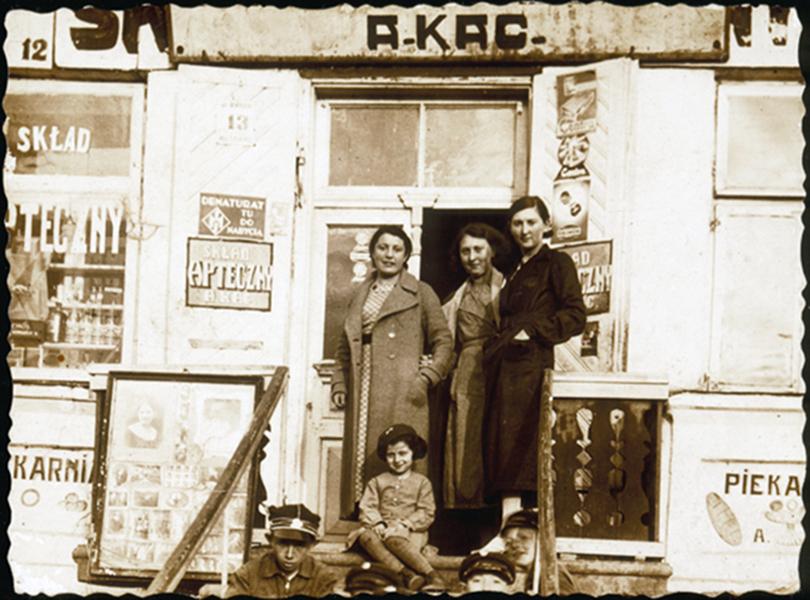 Prie Alte Katz's vaistinės Turgaus a. Apie 1933 - 1938 m.