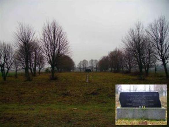 """Atminimo paminklas su užrašu trimis kalbomis: """"Šioje vietoje nacistiniai budeliai ir jų vietiniai talkininkai žiauriai nužudė 1941 09 25 - 26 d. apie 1500 Eišiškių ir apylinkės žydų""""."""