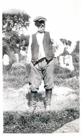 Paskutinis Eišiškių štetlo laidotojas Nahum Szulkin, stovintis kapinėse