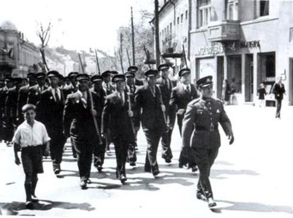 Žydų karių sąjungos Kauno skyrius žygiuoja į Karo muziejaus sodelį įteikti antrajam pėstininkų pulkui už surinktas aukas nupirktus šautuvus. Priekyje ats. j. ltn. A. Ganiondskis.