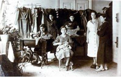 Merginos mokosi siūti pas Rochel Szulkin. 1941 m.