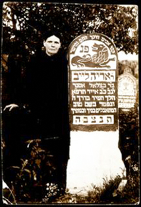 Arieh Leib Asner našlė prie jo kapo. 1941 m.